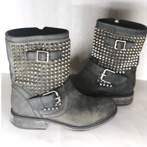 {Steve Madden}Distressed Studded Moto Boots